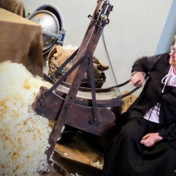 Antichi mestieri - Cardare la lana