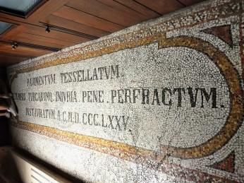 L'ingresso, anticipa al mosaico spettacolare e unico