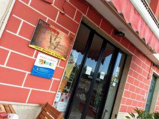 L'entrata al negozio-bottega ed il Marchio d'Area Salento d'Amare